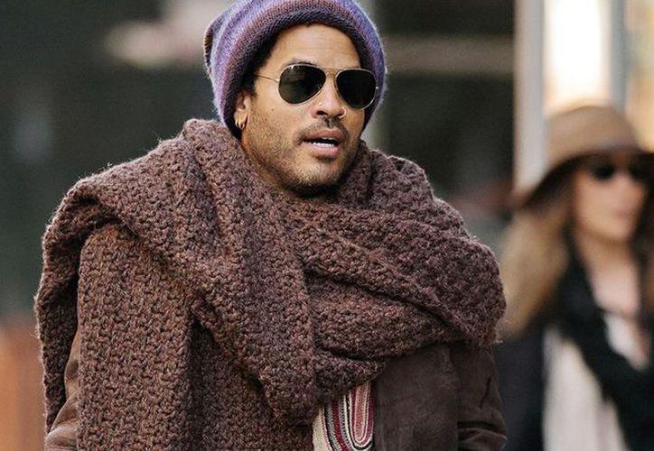 Lenny Kravitz explicó la historia de la bufanda con la que fue fotografiado en Nueva York en 2012. (TN)