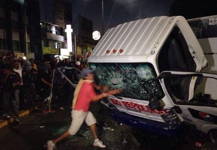 Estudiantes causaron destrozos durante una violenta protesta ayer en Oaxaca, para exigir la entrega de plazas y becas. (Milenio Diario)