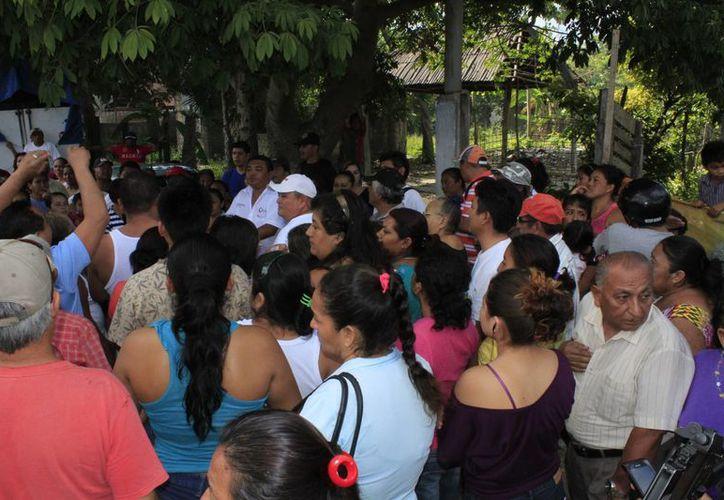 """La población pedía a gritos que Carlos Hermenegildo Can Moo, presidente del Comité actual y Juan Cruz Rabanales, tesorero del mismo, respondieran a lo que ellos denominaron como """"robo"""". (Sergio Orozco/SIPSE)"""