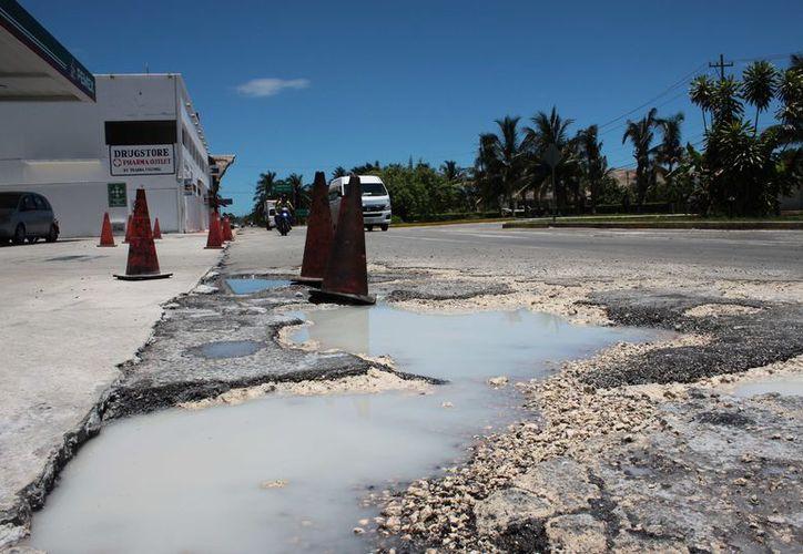 Una superficie de unos 10 metros de largo por cinco de ancho es lo que presenta daño. (Gustavo Villegas/ SIPSE)