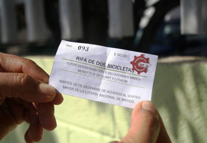 El director de la secundaria Vicente Guerrero obliga a sus empleados a vender boletos de una rifa. (Redacción/SIPSE)