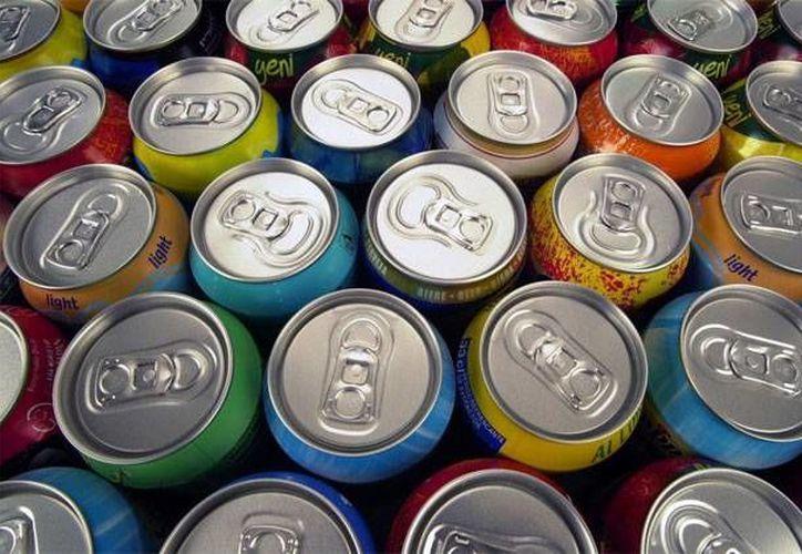 Las latas contienen carga positiva que es atraída con la energía negativa producida por globos. (www.exposign.com)