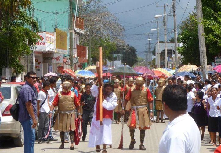 Los católicos recorrieron las principales avenidas de la ciudad. (Raúl Balam/SIPSE)