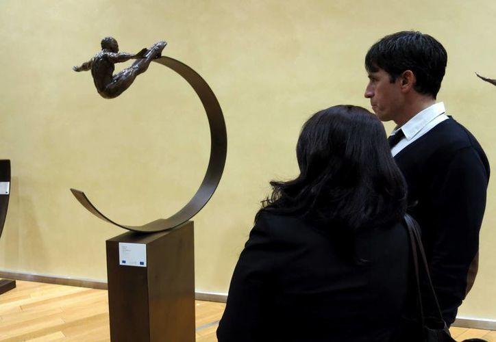 """La exposición del escultor Jorge Marín """"El cuerpo como paisaje"""" está compuesta por figuras de bronce que representan principalmente a hombre alados y enmascarados como pájaros. (EFE)"""