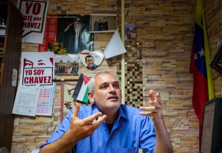 El diputado venezolano-sirio Abdel el Zabayar habla durante una entrvista con Efe en Caracas, Venezuela. (EFE)