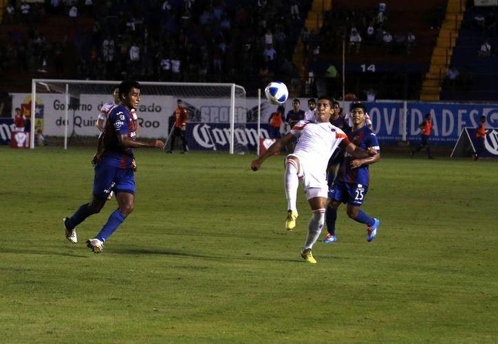El partido fue muy parejo en lso primeros minutos del juego. (Israel Leal/SIPSE)