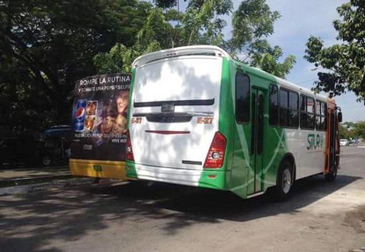 Imagen del choque entre una unidad de la empresa Minis 2000 y un autobús nuevo de Situr en el fraccionamiento del Parque. (Milenio Novedades)