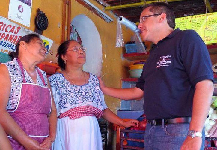 Víctor Lozano Poveda, candidato a diputado por el Partido Acción Nacional, reiteró ayer, durante su recorrido, que en caso de ganar volverá a visitar a la gente. (Milenio Novedades)