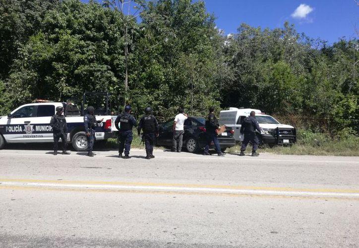 Elementos de la Policía Municipal atendieron el reporte del hallazgo. (Redacción/SIPSE)