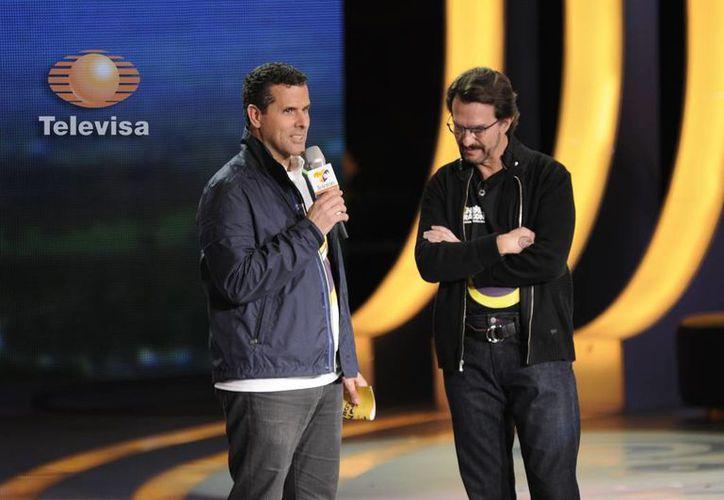 El conductor Marco Antonio Regil con Fernando Landeros, en los últimos momentos el Teletón 2014, cuando aún no se alcanzaba la meta. (Foto: www.televisa.com)