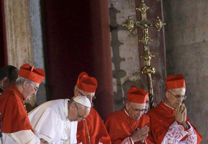 El jerarca de la iglesia católica durante su presentación en el balcón central de la Basílica de San Pedro ayer. (Agencias)