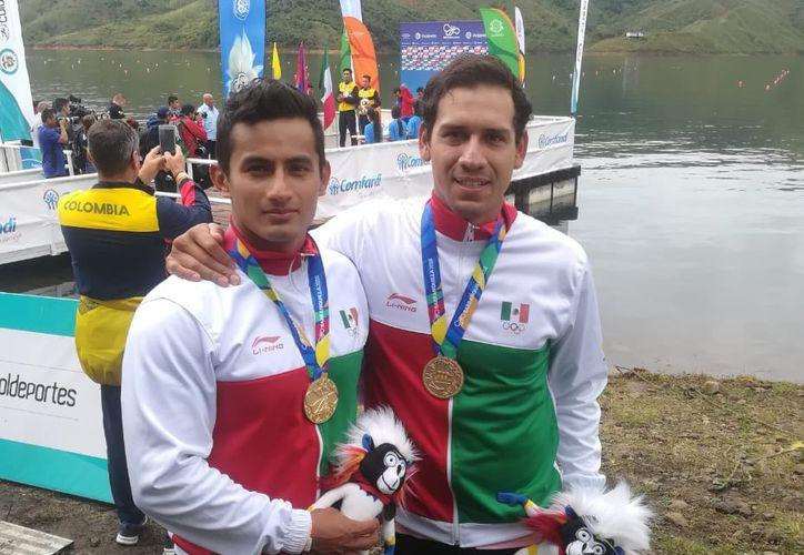 Javier López Quintero y Osbaldo Fuentes, se colgaron la medalla de oro en canotaje, en la modalidad de K2 mil metros, en los Centroamericanos, celebrados en Barranquilla, Colombia. (Cortesía)