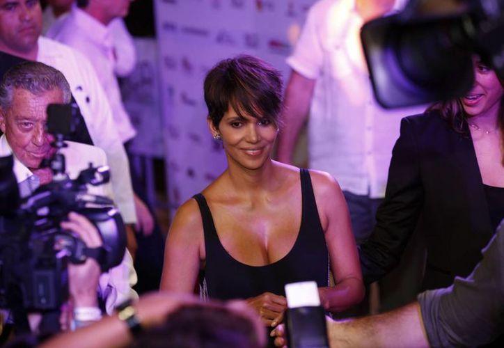 La actriz estadounidense Halle Berry, ganadora de un premio Oscar, desfiló por la alfombra roja y recibió un Jaguar de Plata en el Festival de Cine de Acapulco. (Notimex)