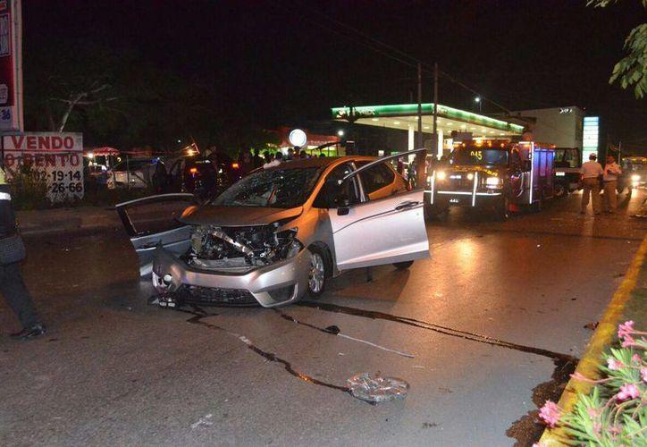 Un choque entre tres vehículos particulares cobró la vida de una menor de edad, esta noche en la Av. Kabah de Cancún. (Redacción/SIPSE)