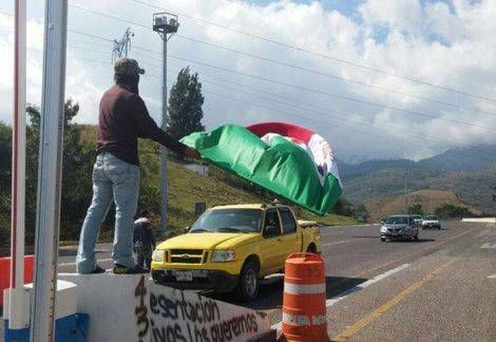 Boteo de normalistas en la autopista del Sol. (Milenio)