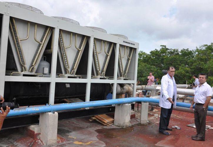 El alcalde Mauricio Góngora y el director del Hospital General, José Bolio, recorrieron las instalaciones del nosocomio. (Adrián Barreto/SIPSE)