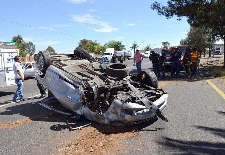 La pipa sin control chocó contra varios autos, volcó y fue a dar donde estaba un grupo de maestros. (lajornadamichoacan.com)