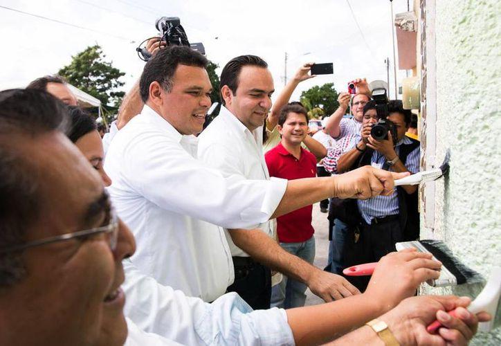 El gobernador Rolando Zapata Bello da los primeros brochazos de 'Pintando tu bienestar' en el fraccionamiento Polígono 108. (Milenio Novedades)