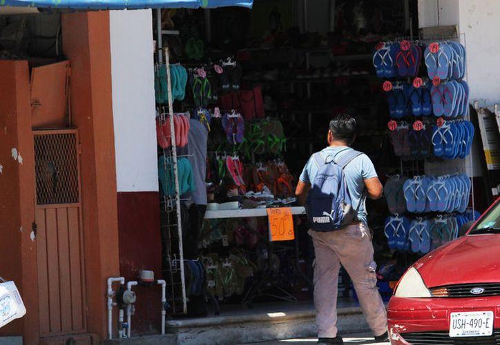 Por los asaltos registrados, comerciantes de la colonia Colosio cierran hasta una hora antes de lo habitual. (Foto: Octavio Martínez)