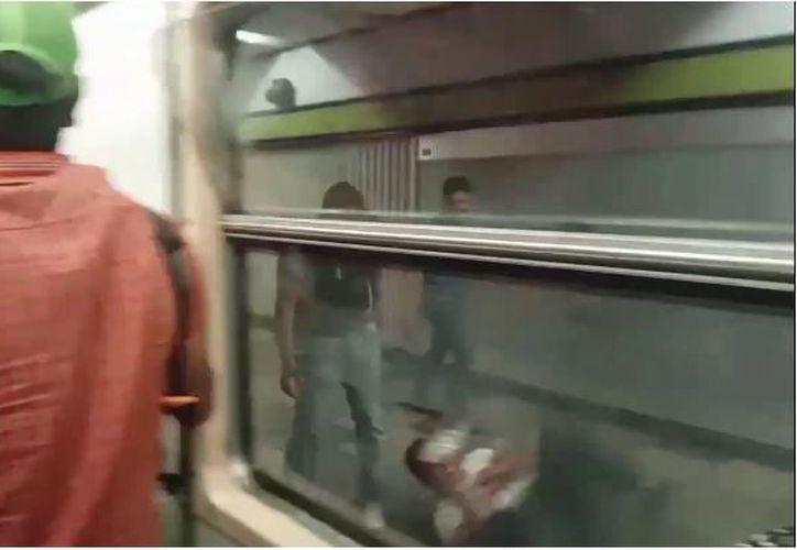 Algunos usuarios empezaron a lanzarse cuando el tren llegó a la estación Tlatelolco. (Foto: Internet)