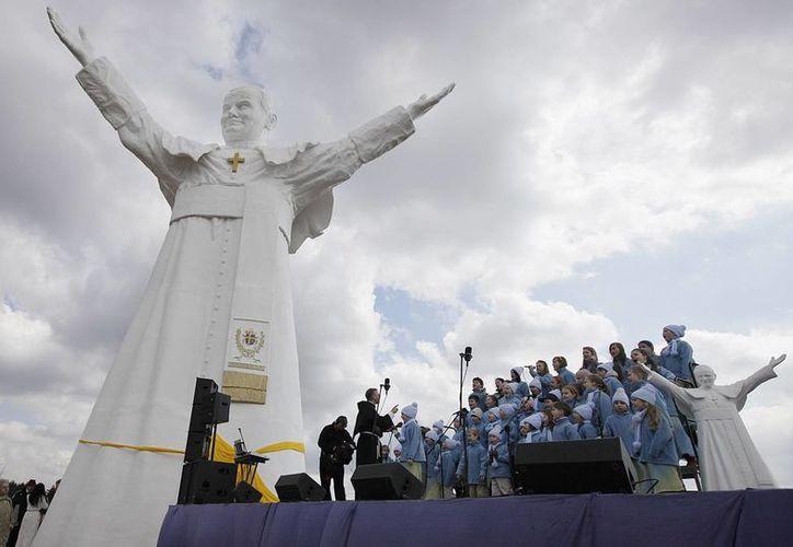 Un coro de niños participa en la ceremonia de inauguración de la estatua del fallecido Papa Juan Pablo II en Czestochowa. (Agencias)