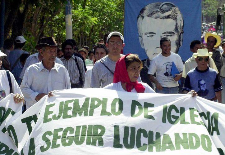 Fieles cristianos conmemoran el aniversario del asesinato del padre jesuita Rutilio Grande, en Aguilares, El Salvador. (Agencias)