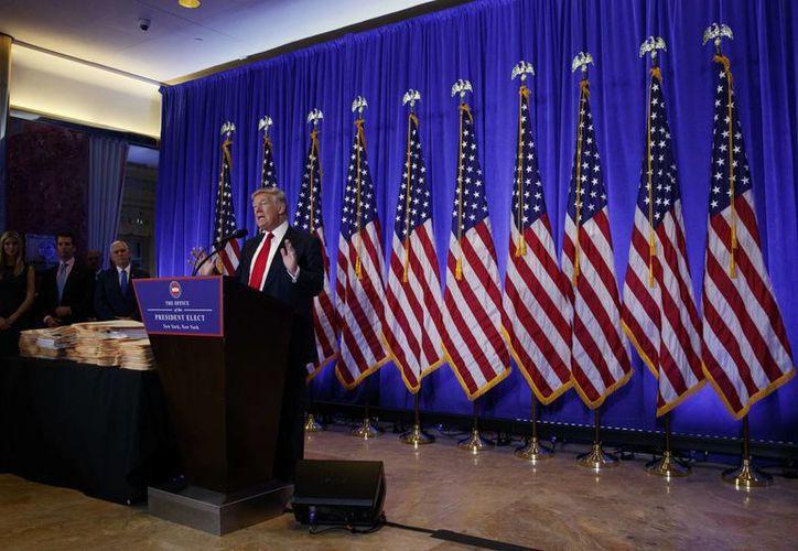 El presidente electo Donald Trump habla durante una conferencia de prensa en Nueva York. Al terminar, el peso cae ante el dólar. (AP Photo / Evan Vucci)