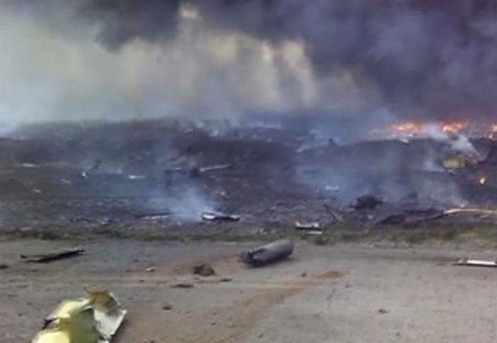En el video casero se puede observar lo cerca que estuvo de caer sobre algunas viviendas en Donetsk, Ucrania. (Agencias)