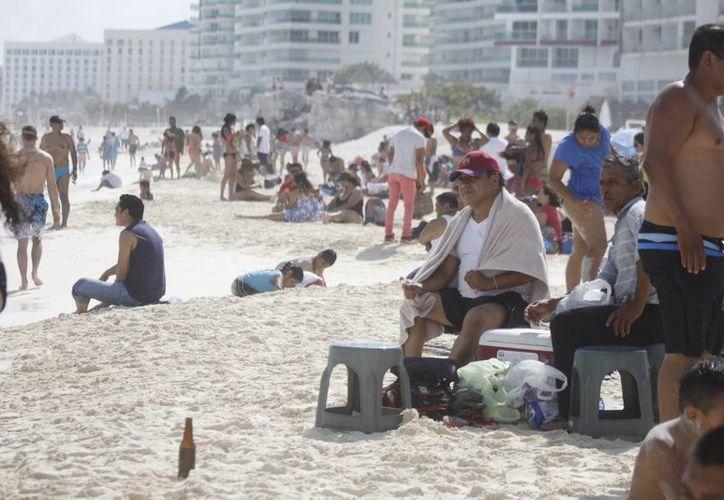 Los turistas se dieron cita durante el día en las playas Gaviotas y Chacmool. (Sergio Orozco/SIPSE)