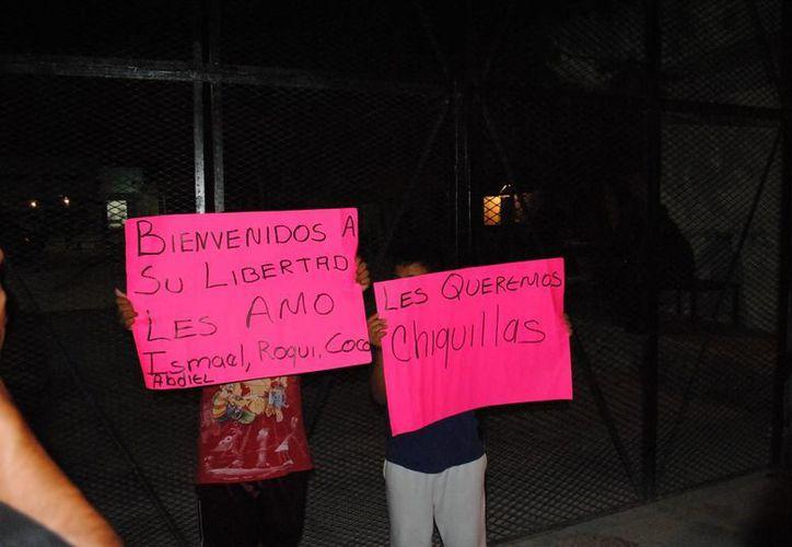 Fueron recibidos por familiares con cartulinas con leyendas. (Eric Galindo/SIPSE)