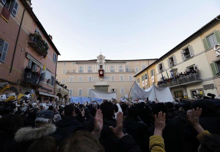"""En la plaza de Castel Gandolfo los fieles coreaban: """"¡Benedetto, Benedetto!"""". (Agencias)"""