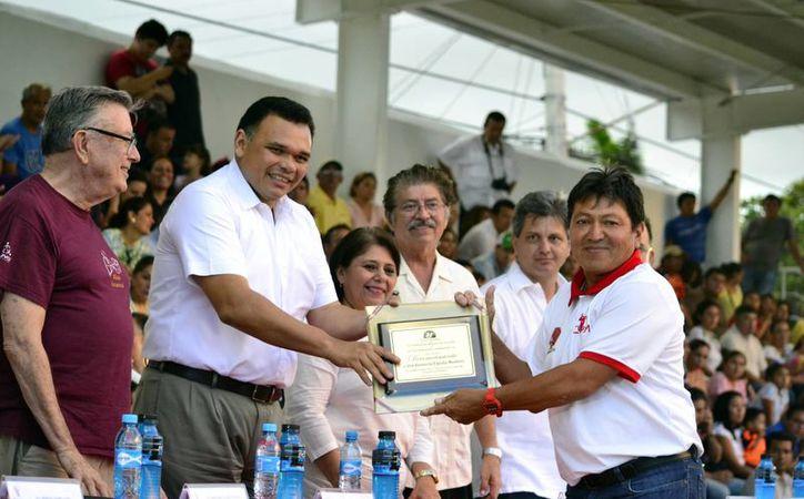 El Gobernador junto a las diferentes autoridades se encargaron de inaugurar la tradicional Liga de Futbol. En la foto, Armando Escalante Trueba recibe un reconocimiento de manos de Rolando Zapata.(Milenio Novedades)