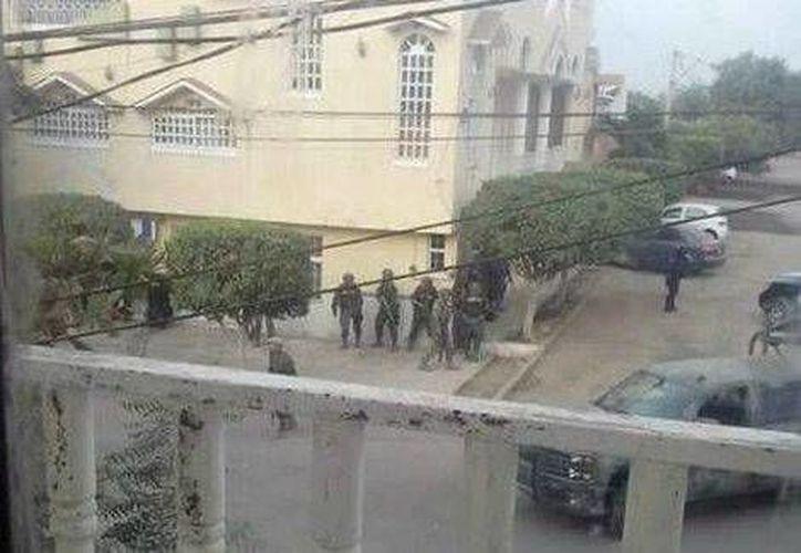 Los soldados lograron recuperar el Palacio Municipal de Apatzingán, Michoacán. (Foto de Twitter)