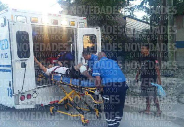 Una ambulancia trasladó a la persona lesionada a un hospital. (Daniela Martínez/SIPSE)