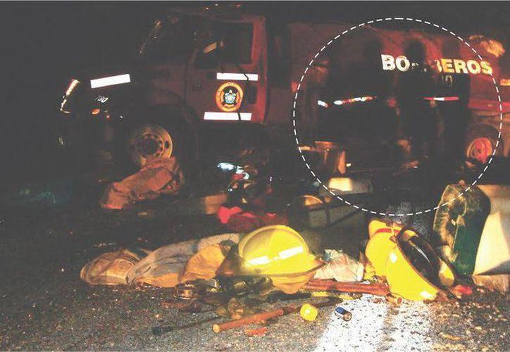 La foto fue tomada el día del accidente de los bomberos donde se aprecian tres siluetas (círculo punteado), que se cree son las almas en pena de los fallecidos. (Jorge Moreno/SIPSE)
