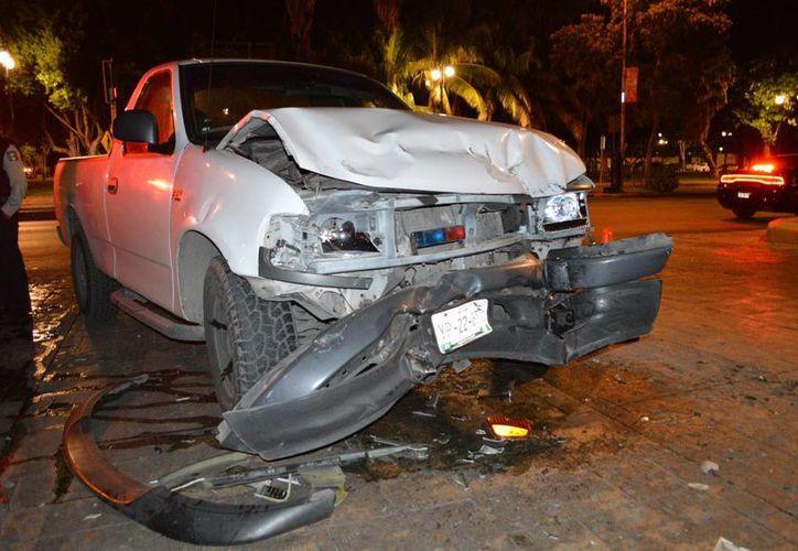 El conductor de esta camioneta transitaba a exceso de velocidad sobre la Avenida Itzaes, lo que provocó que se impactará contra un autobús. ( Carlos Navarrete/ SIPSE)