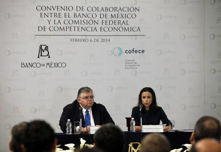 El Banxico y la Cofece firmaron un acuerdo de colaboración para fomentar condiciones de competencia en la economía. En la gráfica aparecen Carstens y Alejandra Palacios, representantes de dichos organismos. (Notimex)