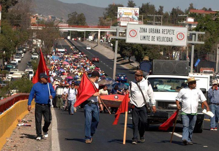 Una de las marchas en la Autopista del Sol que realizaron los maestros disidentes. (Archivo/Notimex)