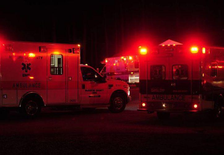 Cuerpos se auxilio trasladaron a los dos heridos. (Agencias)