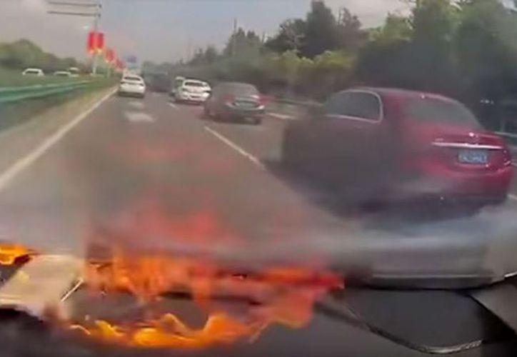 El dispositivo móvil se incendia en segundos dentro de un carro en China. (Foto: t13.cl)