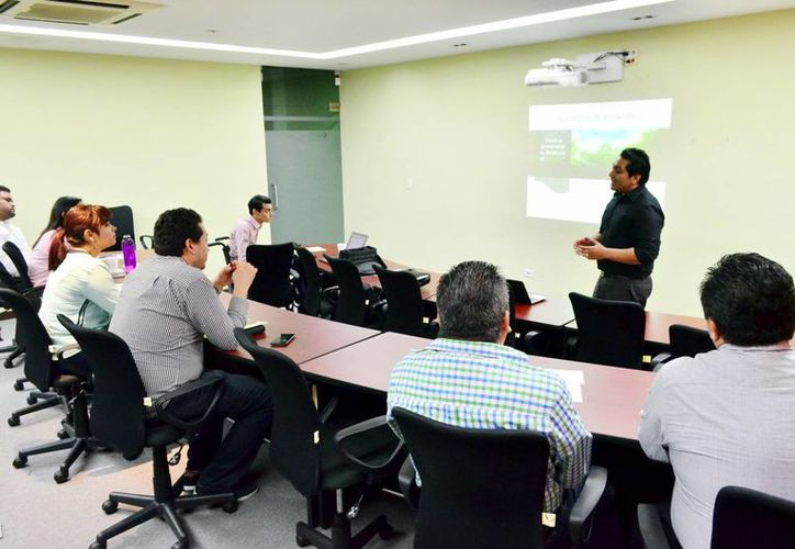 La plática 'Emprendimiento social', impartida por Aarón Rosado, estuvo dirigida a asociaciones civiles, emprendedores y activistas de Yucatán. Imagen del evento organizado por la Asociación Civil Kybernus. (Milenio Novedades)