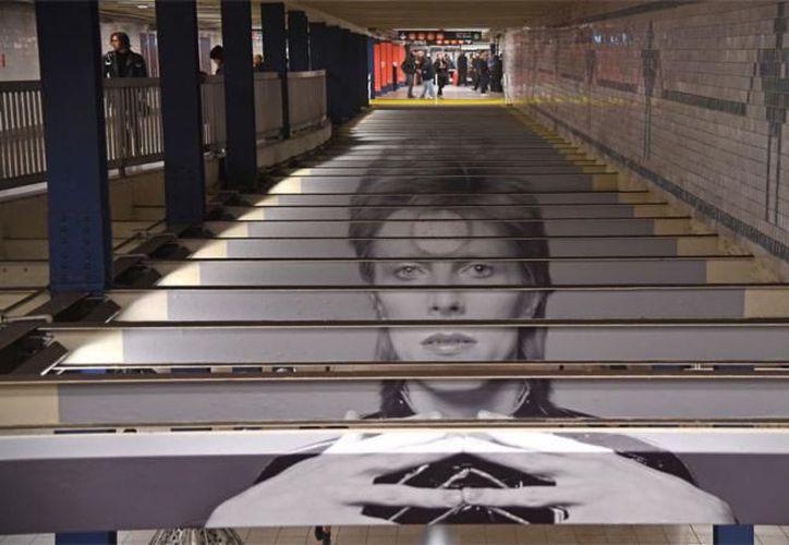 La estación del metro fue decorada con fotos del cantante británico. (Foto: AFP)