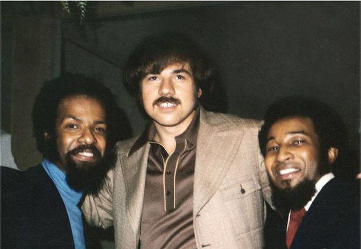 Deke Richards (c) flanqueado por el fallecido Mizell Alphonzo (izq) y Freddie Perren. (musicconnection.com)