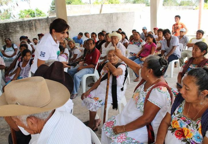 'Cocoa' Calderón saluda a panistas en Espita. (SIPSE)