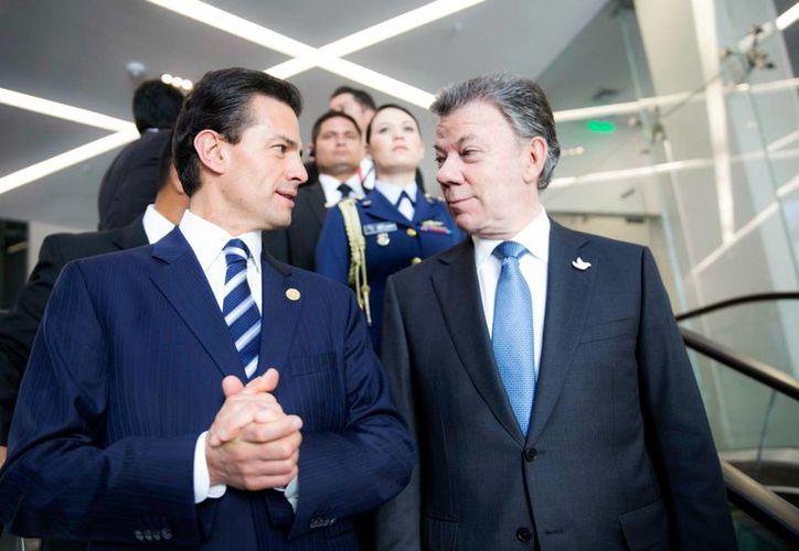 Peña Nieto aprovechó su presencia en la Cumbre de la Celac, en Quito (Ecuador) para felicitar al presidente de Colombia por el proceso de paz. (Notimex)