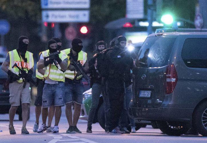 Imagen de hace dos días durante un tiroteo en el centro comercial y restaurante de comida rápida en Múnich, Alemania. Hoy domingo un hombre armado con machete mató a una mujer en Reutlingen.  (AP)