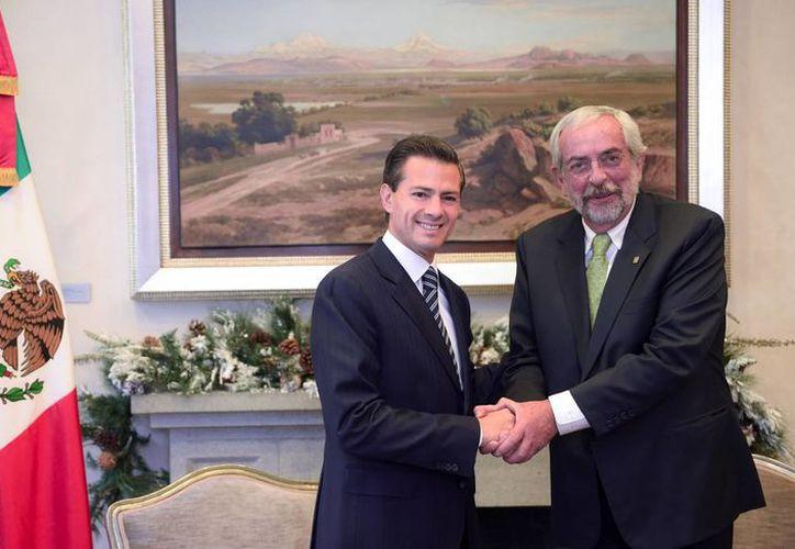 La residencia oficial de Los Pinos sirvió de marco para el encuentro entre el Presidente de la República y el rector de la UNAM, Enrique Graue Wiechers. (Notimex)