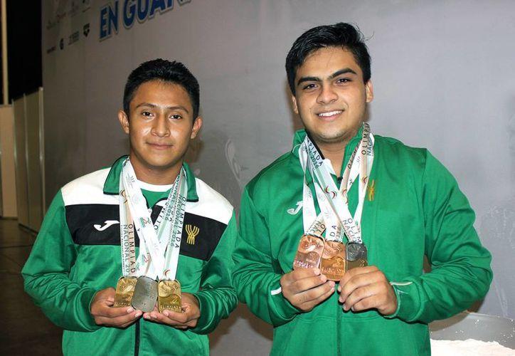 Juan Antonio de Jesús May Chable y el texakeño Jesús Pat contribuyeron a engrandecer la cosecha de medallas de Yucatán en levantamiento de pesas en la Olimpiada Nacional. (Milenio Novedades)