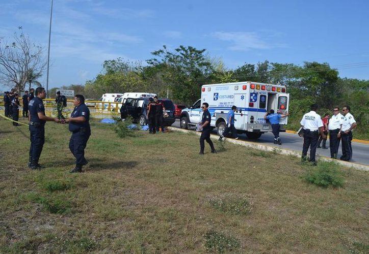 El conductor del vehículo que chocó el domingo contra un muro de contención, sigue inconsciente. (Redacción/SIPSE)