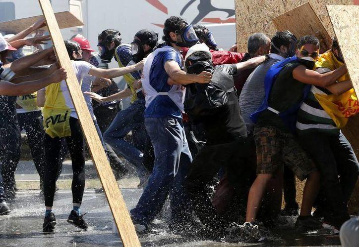 Policías turcos y manifestantes se enfrentan durante una protesta contra el gobierno tras escuchar el veredicto a los supuestos golpistas. (EFE)